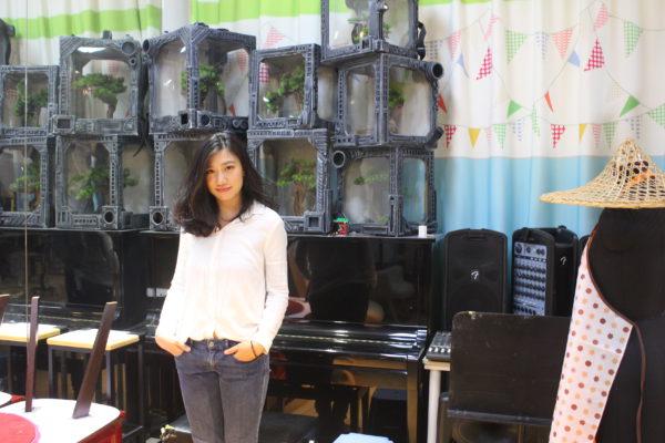 """蔣麗瑩自言是一個外向且富有表演欲的個性,在18歲那年""""膽粗粗""""地參與遴選活動,加入浪風劇社,最開始是接觸音樂劇《梁祝英台 · 十八相送》,後來在導師的""""慫恿""""下,與"""