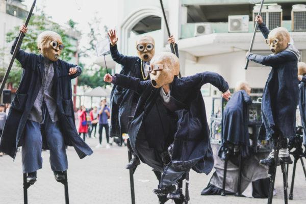 踩上高蹺,戴上面具,會給觀眾一種神秘感。