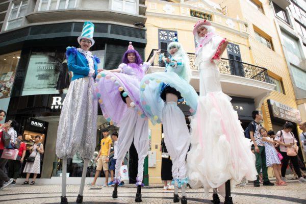 除高蹺劇場演出外,也會在國際幻彩大巡遊中亮相,為活動增添氣氛